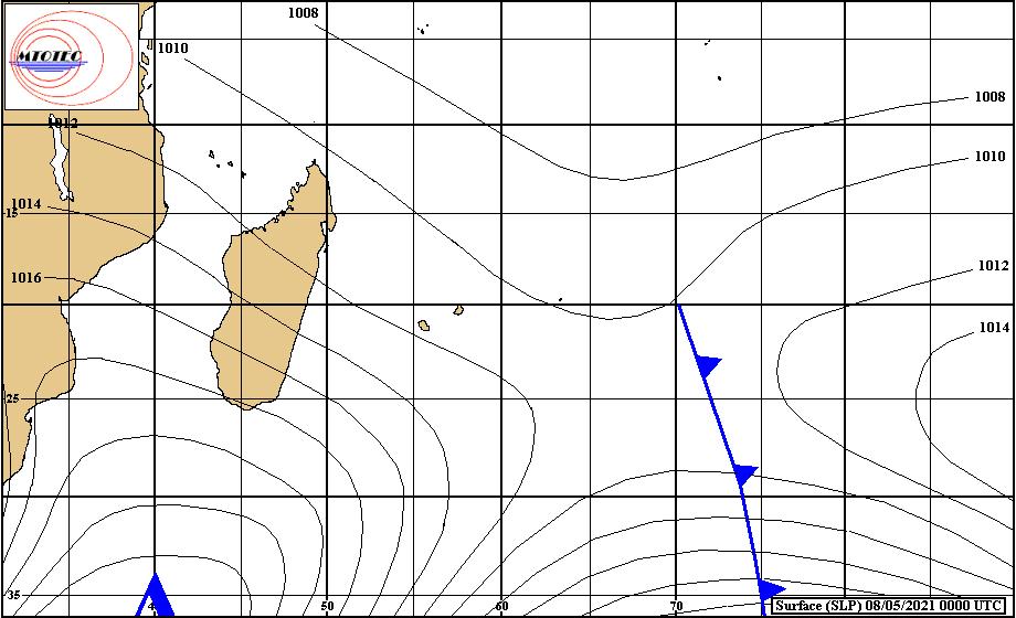 Analyse de la situation de surface ce Samedi à 4heures. L'anticyclone(1026hpa) au Sud de MADA dirige un flux de Sud-Est sur les ILES SOEURS. Le système frontal a quitté la zone de RODRIGUES mais est encore bien repérable proche de 70°Est. MTOTEC.