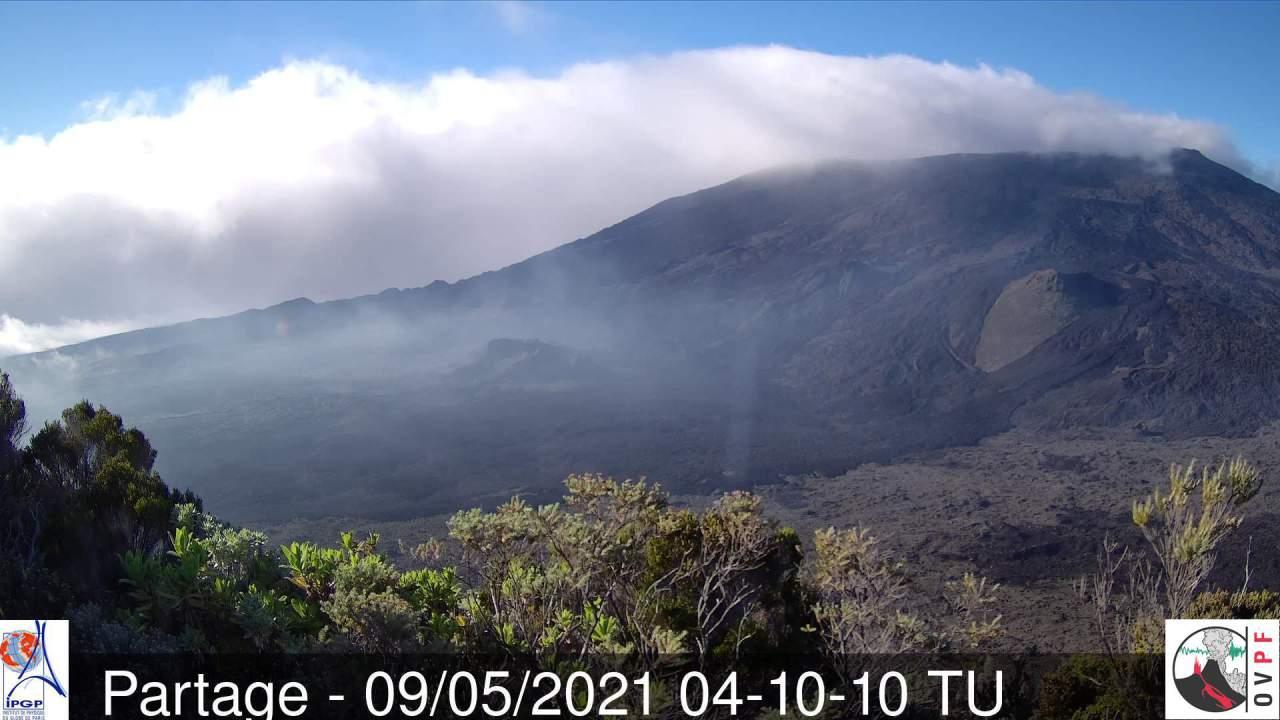 08h10. Le Piton de la Fournaise entre nuages et soleil ce matin. MÉTÉO RÉUNION.