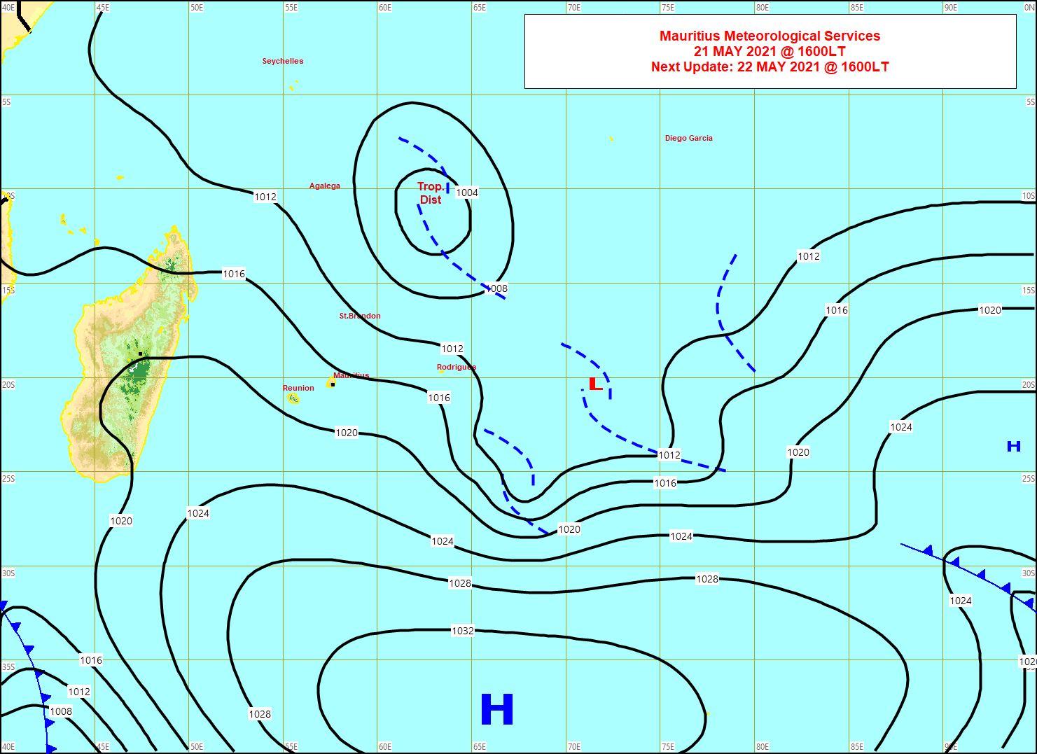 Analyse de la situation de surface ce Vendredi 21 à 16heures. La vaste zone perturbée se décale lentement vers les Sud-Est.L'anticyclone(H/1034hpa) se décale lentement vers l'Est. Les vents forts sont orientés au secteur Sud-Est sur les ILES SOEURS. Carte MMS/Vacoas.