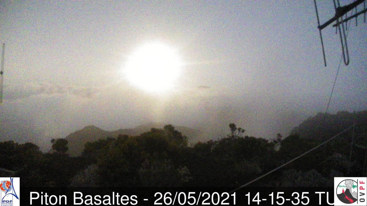 18h15. Jeu de lumières juste après le coucher du soleil. Le brouillard magnifie le tout.MÉTÉO RÉUNION.