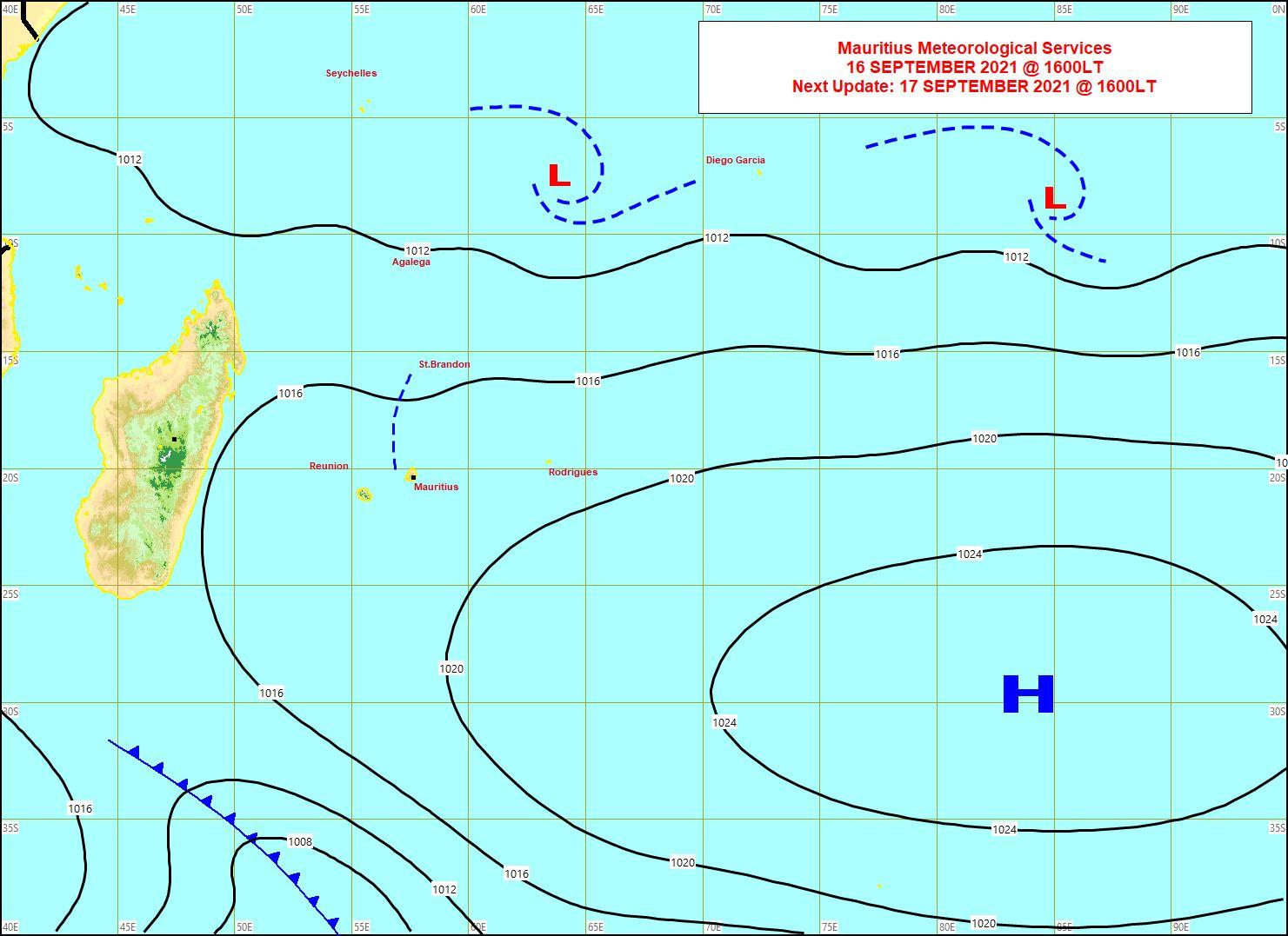 Analyse de la situation de surface ce Jeudi à 16heures. Le gradient de pressions se relâche sur les Mascareignes: l'anticyclone(H) est en retrait alors qu'un front froid affaibli associé à une lointaine dépression extra-tropicale passe par le Sud de la Grande Ile. MMS.
