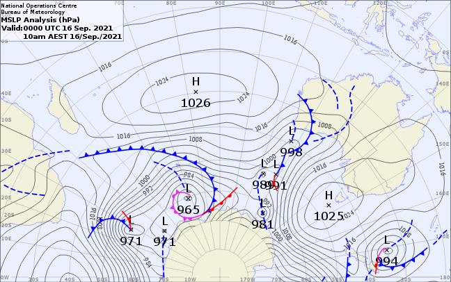 Analyse de la situation de surface ce matin à 04h. Plan plus large qui inclu les mers du Sud jusqu'au Pôle. On voit que la dépression d'origine polaire se prolonge par un beau frond froid qui frappe aux portes du Sud malgache . Des lignes d'instabilité sont présentes sur l'Afrique Australe.BOM.