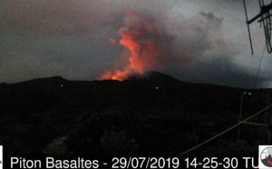 Eruption du Piton de la Fournaise: images en live en fin de journée ( VIDEO)