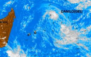 08/14h15. DANILO est mal organisé. La convection est scindée en deux faibles zones au Nord-Ouest et au Sud-Est du centre. On surveillera la nuit prochaine si le système est capable de se ré-organiser.