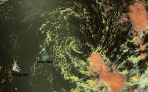 Le satellite NPP a capturé nos îles et les résidus de DANILO. Le petit tourbillon résiduel est bien visible au large de MAURICE. Mais ce sont les bandes qui circulent en périphérie qu'il faut surveiller. Elles peuvent générer des précipitations orageuses et peuvent se ré-activer rapidement et très localement notamment ces prochaines 48heures au contact des terres et des reliefs.
