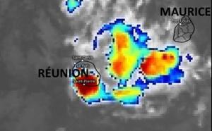 15h45 ce Mardi 12 Janvier. Des nuages actifs sont proches des côtes de BOURBON. Des précipitations de fortes intensité(rouge foncé) touchent en ce moment le Sud de la RÉUNION. Eumetsat.