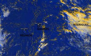 Photo satellite de 07h45 ce Dimanche matin. Les ILES SOEURS se trouvent dans une zone de temps calme relativement dégagée même si une petite ligne pluvio-orageuse transite à l'Est de MAURICE tout en se désagrégeant. Temps plus instable sur RODRIGUES. PH.WUS.