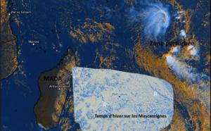 """Notre zone capturée par le satellite Météosat-8 à 15h15. Les Mascareignes sont intéressées par un temps qui s'apparente pour beaucoup à celui observé en pleine saison d'hiver austral. Mais la tentative avortée de cyclogenèse loin au Nord-Est sous la forme d'une vaste zone perturbée( avec deux circulations dépressionnaires, 90S et 91S) nous rappelle que la saison cyclonique """"officielle"""" 2020/2021 vient à peine de s'achever.  Eumetsat/PH."""